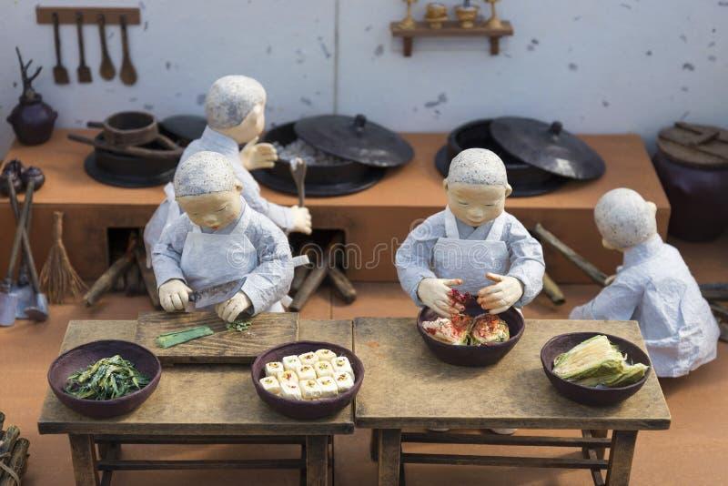 Κορεατικοί αριθμοί μοναχών που προετοιμάζουν τα παραδοσιακά τρόφιμα στοκ εικόνες