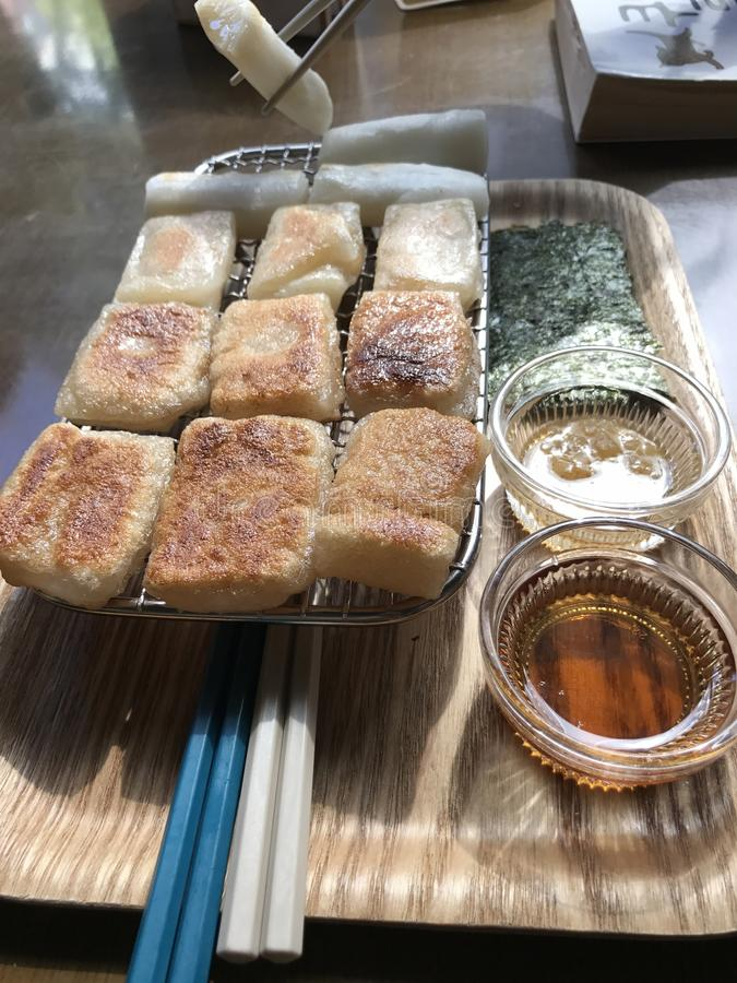 Κορεατικό ψημένο στη σχάρα ύφος κέικ ρυζιού με το soysauce στοκ φωτογραφίες