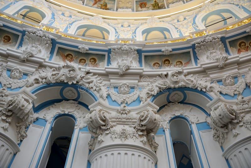 Κορινθιακά στήλες και Plasterwork με τους αγγέλους στοκ εικόνες