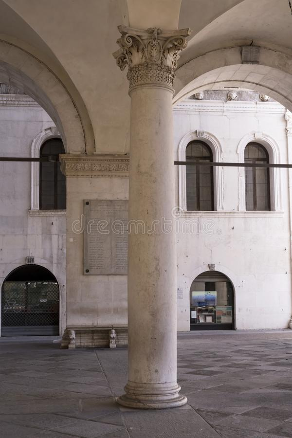 Κορινθιακή στήλη κάτω από το κτήριο Loggia, Brescia, Ιταλία στοκ φωτογραφίες