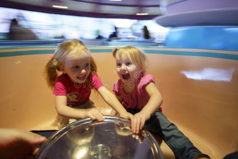 Δύο κοριτσάκια σε μια διασταύρωση κυκλικής κυκλοφορίας στοκ εικόνες με δικαίωμα ελεύθερης χρήσης