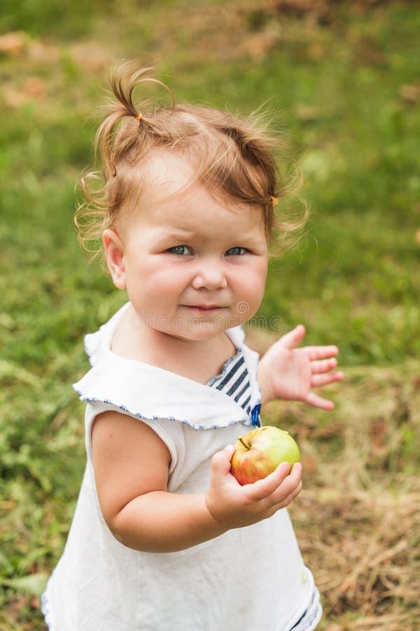 Κοριτσάκι κάτω από το δέντρο μηλιάς στοκ φωτογραφίες