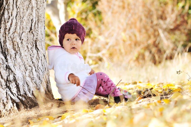 Κοριτσάκι κάτω από το δέντρο στοκ φωτογραφία με δικαίωμα ελεύθερης χρήσης