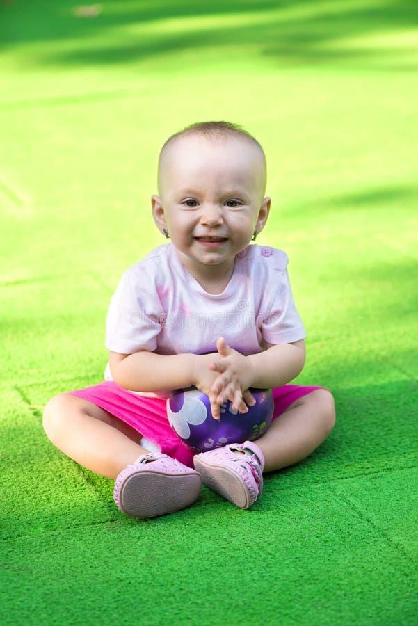 Κοριτσάκι με τη σφαίρα στοκ εικόνες με δικαίωμα ελεύθερης χρήσης