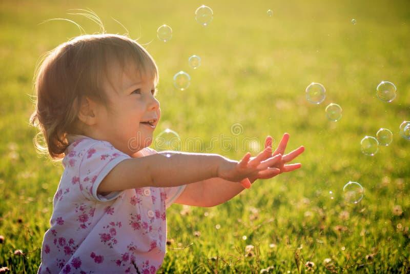Κοριτσάκι με τις φυσαλίδες στοκ εικόνες