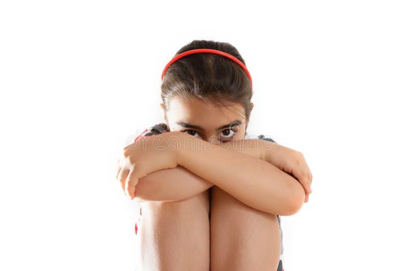 Κοριτσάκι με το κεφάλι της που κρύβει στα όπλα της στοκ εικόνα με δικαίωμα ελεύθερης χρήσης