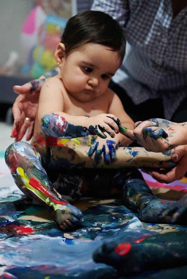 Κοριτσάκι με το υγρό χρώμα στοκ φωτογραφίες με δικαίωμα ελεύθερης χρήσης