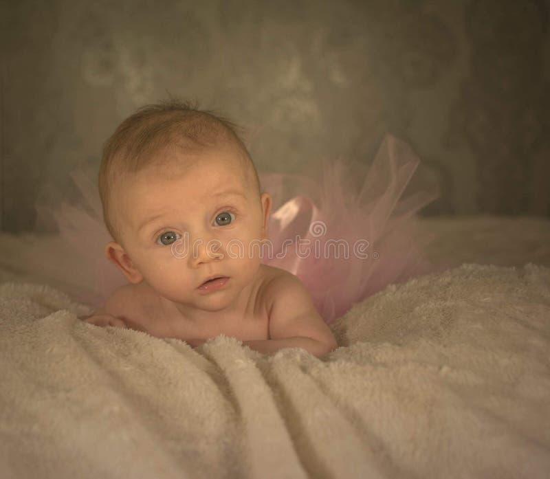 Κοριτσάκι που φαίνεται ναρκωμένο στοκ εικόνες