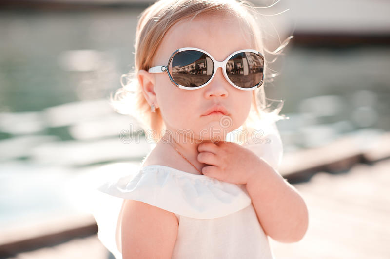 Κοριτσάκι στα γυαλιά ήλιων στοκ φωτογραφία
