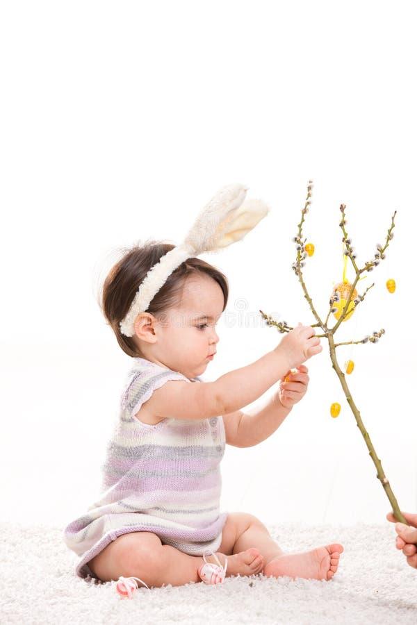 Παιχνίδι κοριτσάκι με τα αυγά Πάσχας στοκ εικόνα με δικαίωμα ελεύθερης χρήσης