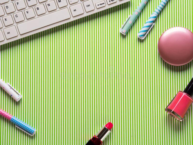 Κοριτσίστικος flatlay με το πληκτρολόγιο, μάνδρες και makeup διανυσματική απεικόνιση
