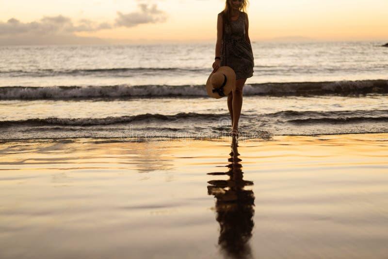 Κοριτσιού στο ηλιοβασίλεμα στην παραλία στοκ φωτογραφία με δικαίωμα ελεύθερης χρήσης