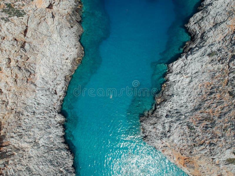 Κοριτσιών στην παραλία Κρήτη, Ελλάδα Seitan Limania στοκ εικόνες με δικαίωμα ελεύθερης χρήσης