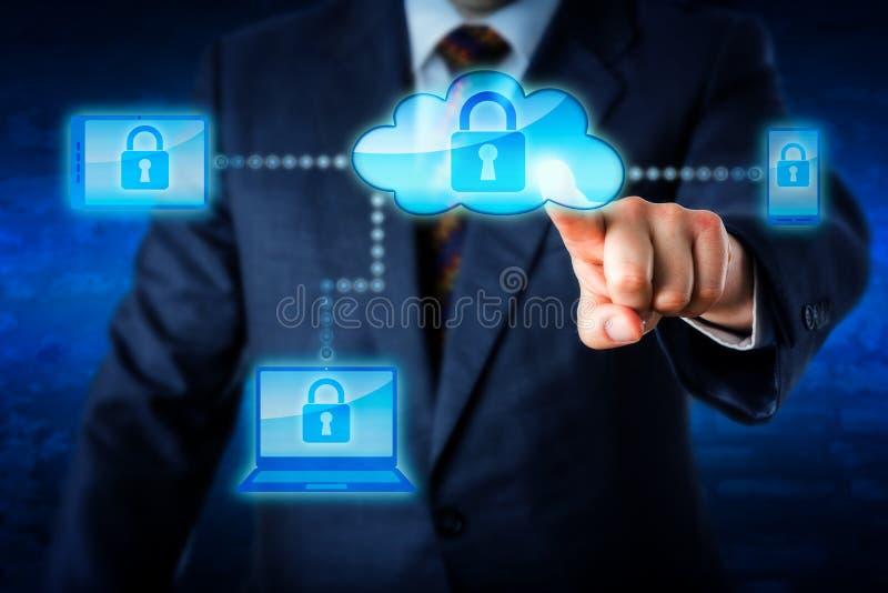 Κορμός που κλειδώνει τις κινητές συσκευές μέσω ενός δικτύου σύννεφων στοκ εικόνες με δικαίωμα ελεύθερης χρήσης