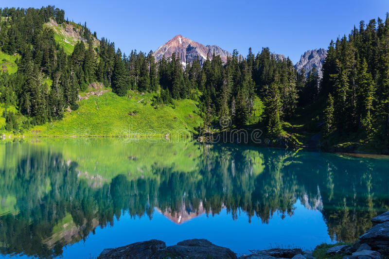 κορσικανικά βουνά βουνών λιμνών λάκκας creno de Γαλλία της Κορσικής στοκ φωτογραφία με δικαίωμα ελεύθερης χρήσης