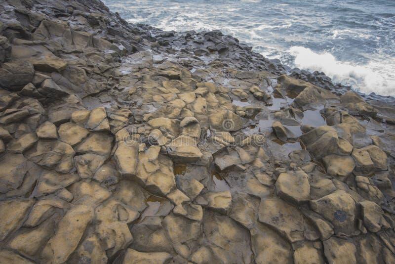Κορυφές των στηλών βασαλτών στους απότομους βράχους της παραλίας Ισλανδία, Ισλανδία Vik στοκ εικόνες
