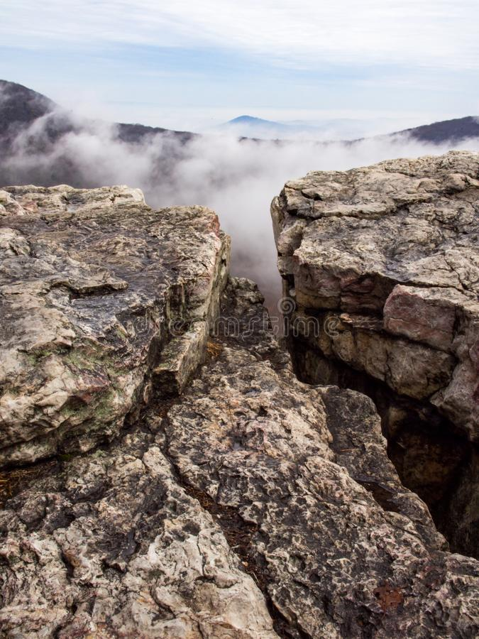 Κορυφή βουνών, δύσκολη άκρη απότομων βράχων, αιχμή στα σύννεφα στοκ εικόνες