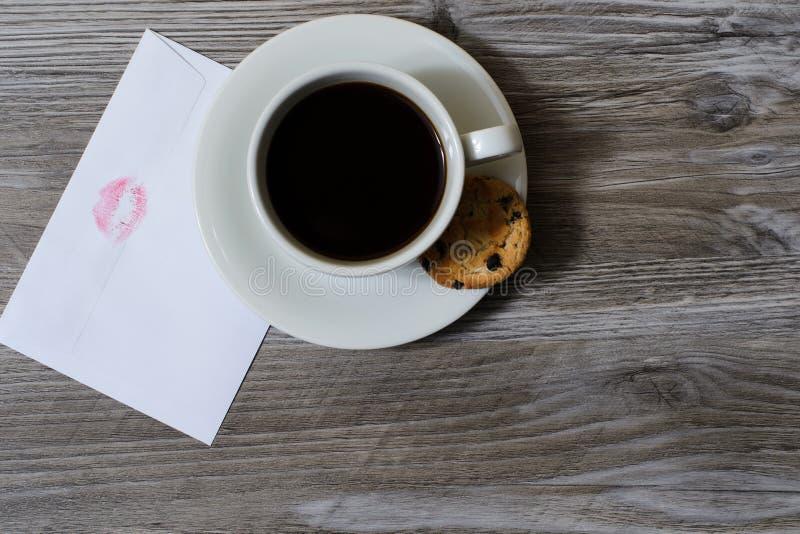Κορυφή επάνω από την από πάνω στενή επάνω φωτογραφία άποψης του νόστιμου εύγευστου espresso καφέ Ένα φλυτζάνι του καυτού καφέ σε  στοκ εικόνες με δικαίωμα ελεύθερης χρήσης