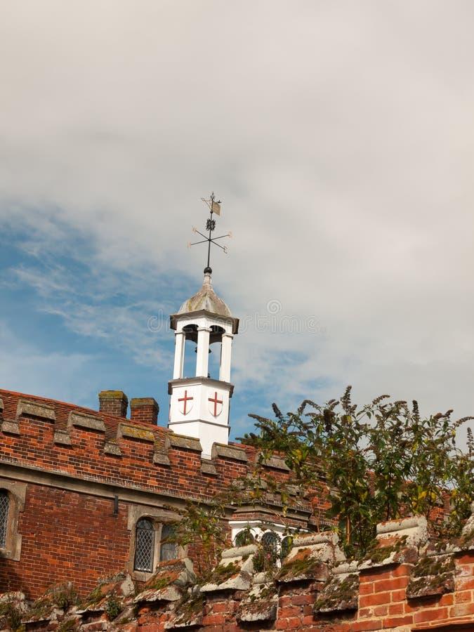 Κορυφή καιρικών τοπ μικρή άσπρη πύργων της αίθουσας εκκλησιών με την Αγγλία SH στοκ φωτογραφία