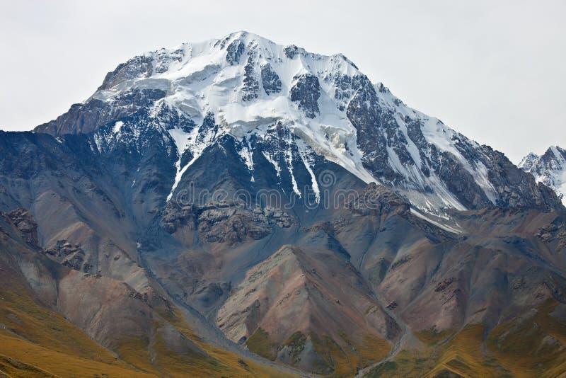 Κορυφή, παγετώνες, απότομοι βράχοι και φαράγγια βουνών στην Τιέν Σαν στοκ φωτογραφίες με δικαίωμα ελεύθερης χρήσης