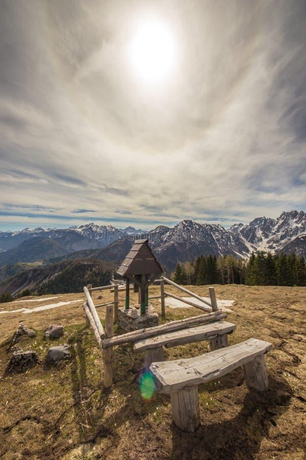 Κορυφή του βουνού με ένα μικρό παρεκκλησι στοκ εικόνες με δικαίωμα ελεύθερης χρήσης