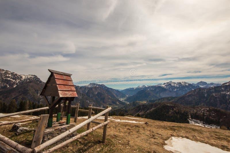 Κορυφή του βουνού με ένα μικρό παρεκκλησι στοκ φωτογραφίες με δικαίωμα ελεύθερης χρήσης