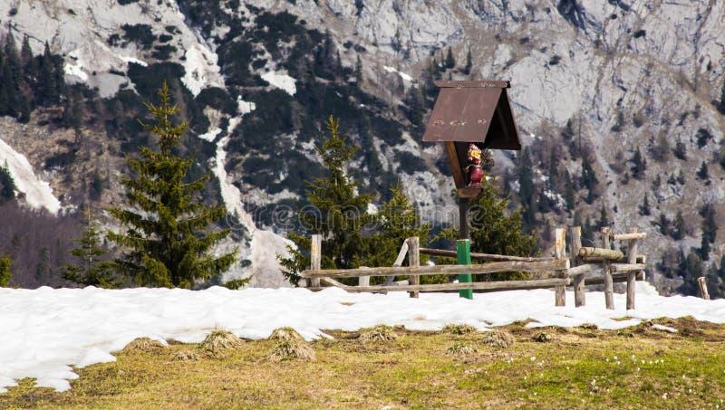 Κορυφή του βουνού με ένα μικρό παρεκκλησι στοκ εικόνα