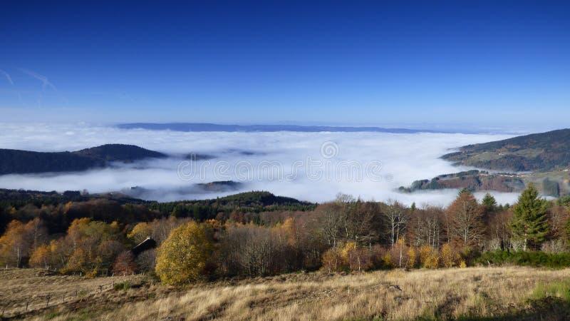 Κορυφή του βουνού ο συνταγματάρχης des supeyres επάνω από τα σύννεφα στο συνταγματάρχη des supeyres, auvergne, Γαλλία στοκ εικόνες