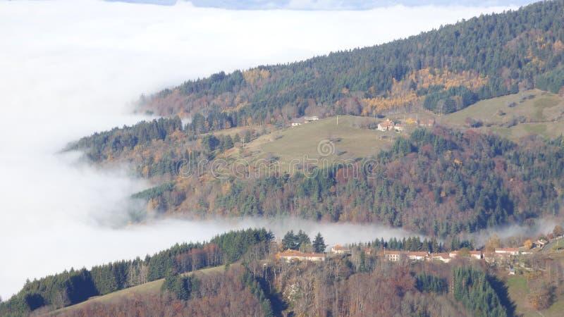 Κορυφή του βουνού ο συνταγματάρχης des supeyres επάνω από τα σύννεφα στο συνταγματάρχη des supeyres, auvergne, Γαλλία στοκ φωτογραφίες με δικαίωμα ελεύθερης χρήσης
