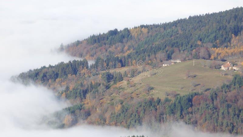 Κορυφή του βουνού ο συνταγματάρχης des supeyres επάνω από τα σύννεφα στο συνταγματάρχη des supeyres, auvergne, Γαλλία στοκ εικόνα