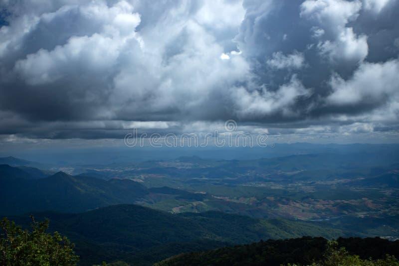 Κορυφή του βουνού Doi Inthanon στην Ταϊλάνδη - το υψηλότερο βουνό της Ταϊλάνδης κοντά στο Chiang Mai στοκ εικόνες