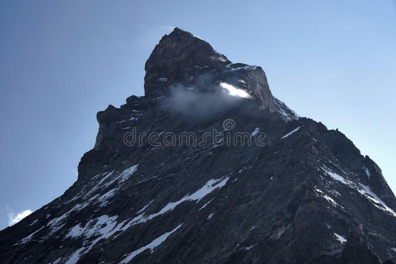 Κορυφή του βουνού matterhorn που καλύπτεται από το μικρό σύννεφο στοκ εικόνα