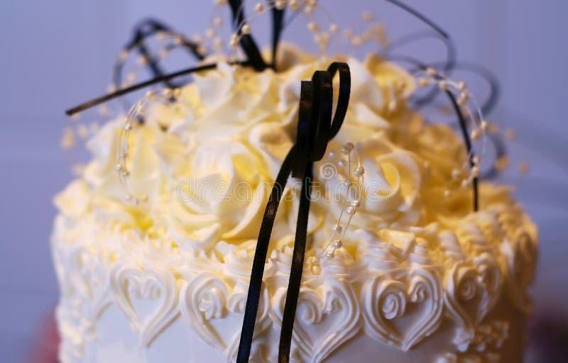 Κορυφή του γαμήλιου κέικ στοκ εικόνα