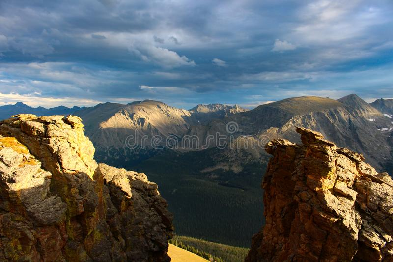 Κορυφή του δρόμου κορυφογραμμών ιχνών στο δύσκολο εθνικό πάρκο βουνών στοκ φωτογραφία