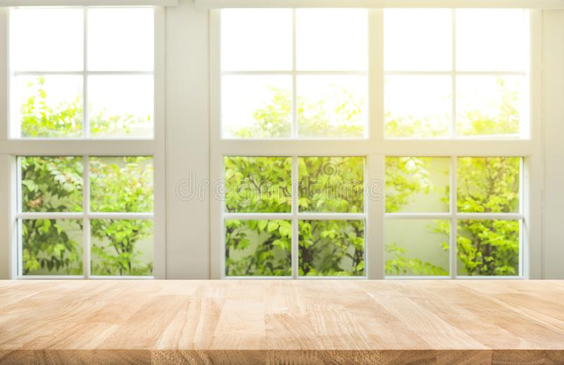 Κορυφή του ξύλινου επιτραπέζιου μετρητή στο υπόβαθρο κήπων άποψης παραθύρων θαμπάδων στοκ φωτογραφία με δικαίωμα ελεύθερης χρήσης