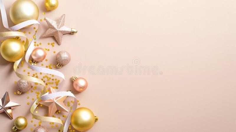 Κορυφαία θέαση Χριστουγεννιάτικες μπάλες, αστέρια και διακοσμήσεις σε ελεφαντόδοντο φόντο με χώρο αντιγραφής Ελάχιστο επίπεδο στυ στοκ εικόνες με δικαίωμα ελεύθερης χρήσης