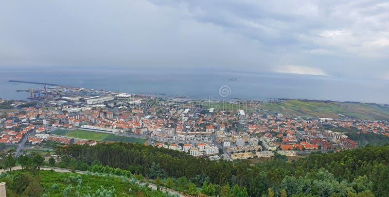 Κορυφαία θέα αριό το λόφο τη ριόλη και τη ακτή στοκ εικόνες