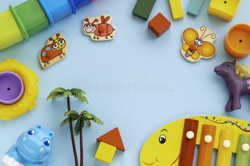 Κορυφαία θέα στα παιδιά εκπαιδευτικά παιχνίδια, πλαίσιο στα παιδιά παιχνίδια μπλε χάρτινο φόντο Κύβοι, κύκλοι, λεσβίες, ιπποπόταμ διανυσματική απεικόνιση