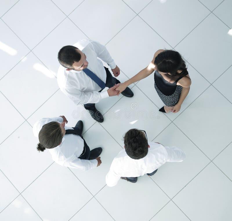 κορυφαία όψη επιχειρησιακή ομάδα που συζητά τα επιχειρησιακά ζητήματα στοκ εικόνες