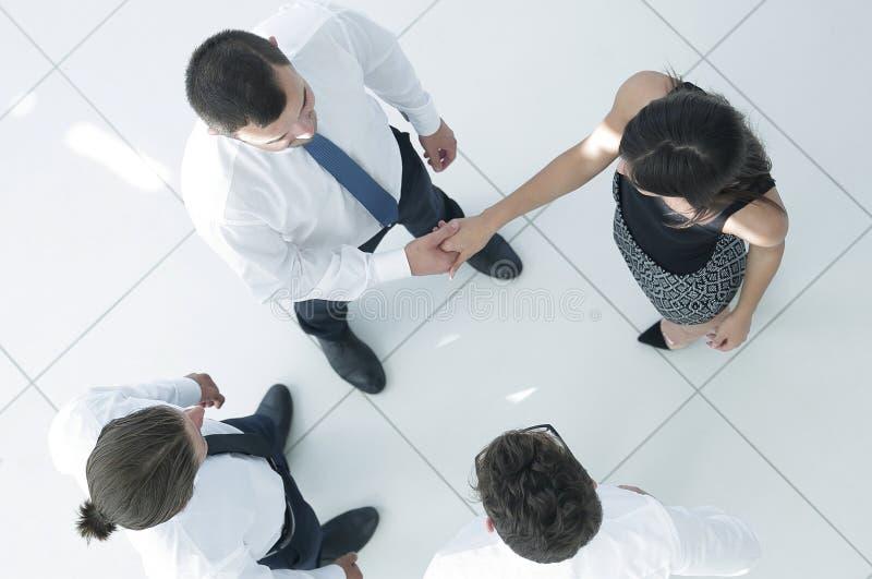 κορυφαία όψη επιχειρησιακή ομάδα που συζητά τα επιχειρησιακά ζητήματα στοκ φωτογραφία