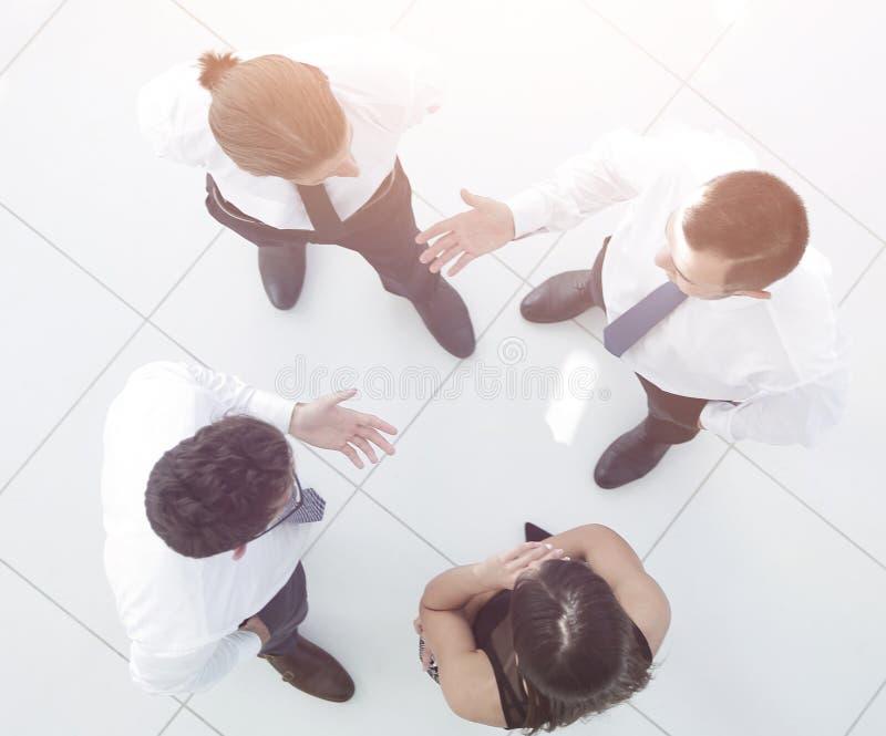κορυφαία όψη η εικόνα υποβάθρου μιας επιχειρησιακής ομάδας που συζητά τα επιχειρησιακά ζητήματα στοκ φωτογραφία με δικαίωμα ελεύθερης χρήσης