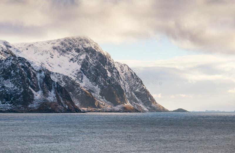 Κορυφογραμμή βουνών κοντά στον ωκεανό στοκ φωτογραφίες με δικαίωμα ελεύθερης χρήσης