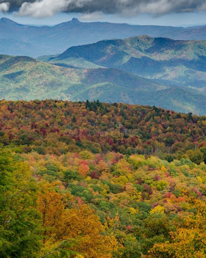 Κορυφογραμμή βουνών στην κατακόρυφο πτώσης στοκ φωτογραφίες