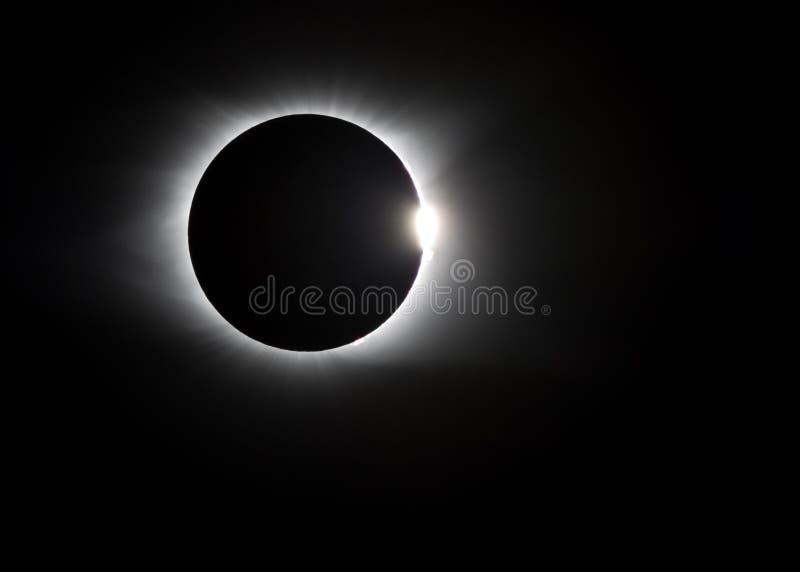 Κορώνα γύρω από τη συνολική ηλιακή έκλειψη στοκ εικόνες