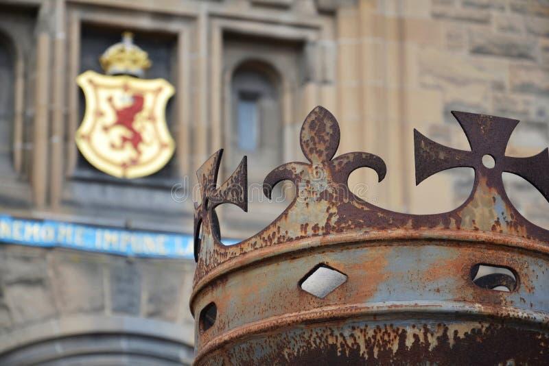 Κορώνα μπροστά από την πύλη στο Εδιμβούργο Castle, βασιλική κάλυψη του Stuart όπλο στο υπόβαθρο, Σκωτία, Ηνωμένο Βασίλειο στοκ φωτογραφία