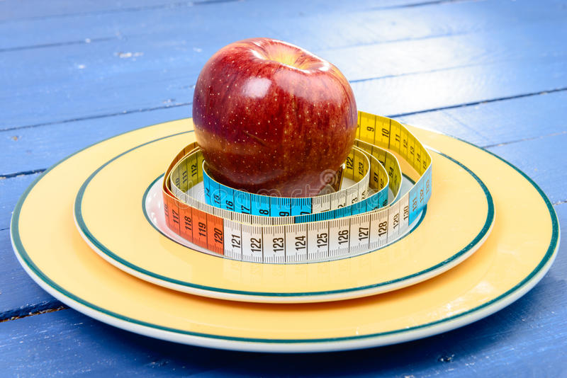Κορδέλλα ενός μέτρου γύρω από το μήλο στο πιάτο στοκ φωτογραφία με δικαίωμα ελεύθερης χρήσης