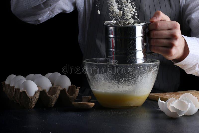 Κοσκίνισμα του αλευριού στο κύπελλο έννοια επιδορπίων μαγειρέματος ατόμων στοκ φωτογραφίες με δικαίωμα ελεύθερης χρήσης
