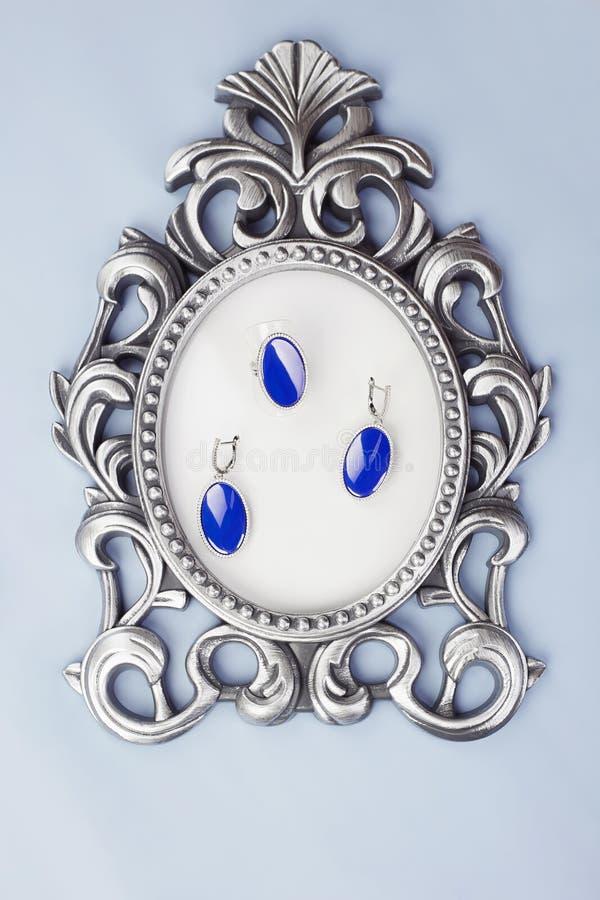 Κοσμήματα γυναικών ` s Κόσμημα στο εκλεκτής ποιότητας πλαίσιο στοκ εικόνες