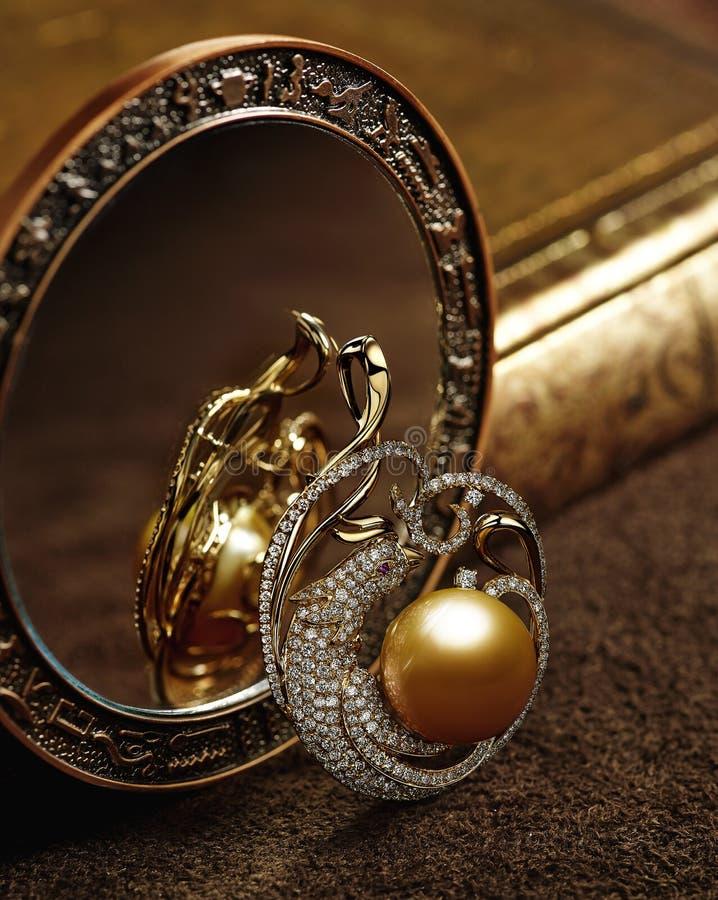 Κοσμήματα διαμαντιών με τα χρυσά μαργαριτάρια στοκ εικόνα με δικαίωμα ελεύθερης χρήσης