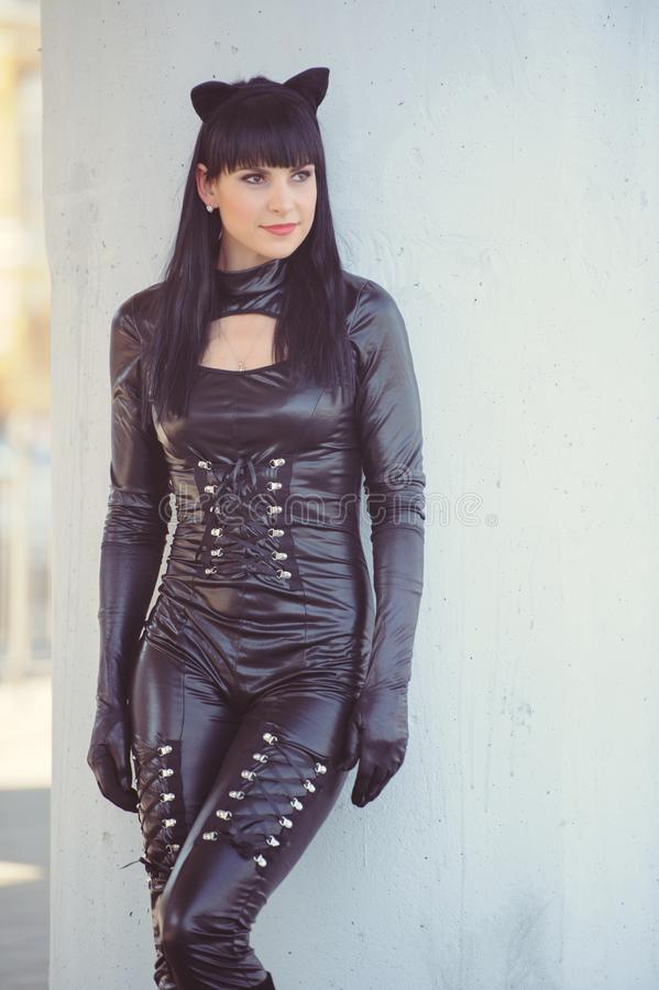 Κοστούμι ενός όμορφου νεαρού μοντέλου που φοράει στολή γάτας Καυτή σέξι μελαχρινή γάτα με στυλ γάτας γυναίκα μαύρη φετιασμένη δερ στοκ φωτογραφία με δικαίωμα ελεύθερης χρήσης
